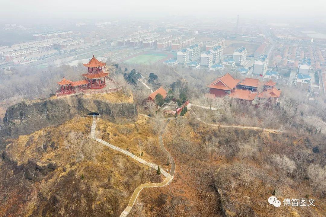 12月,冬日的碣石山,远方的城镇,交相辉映