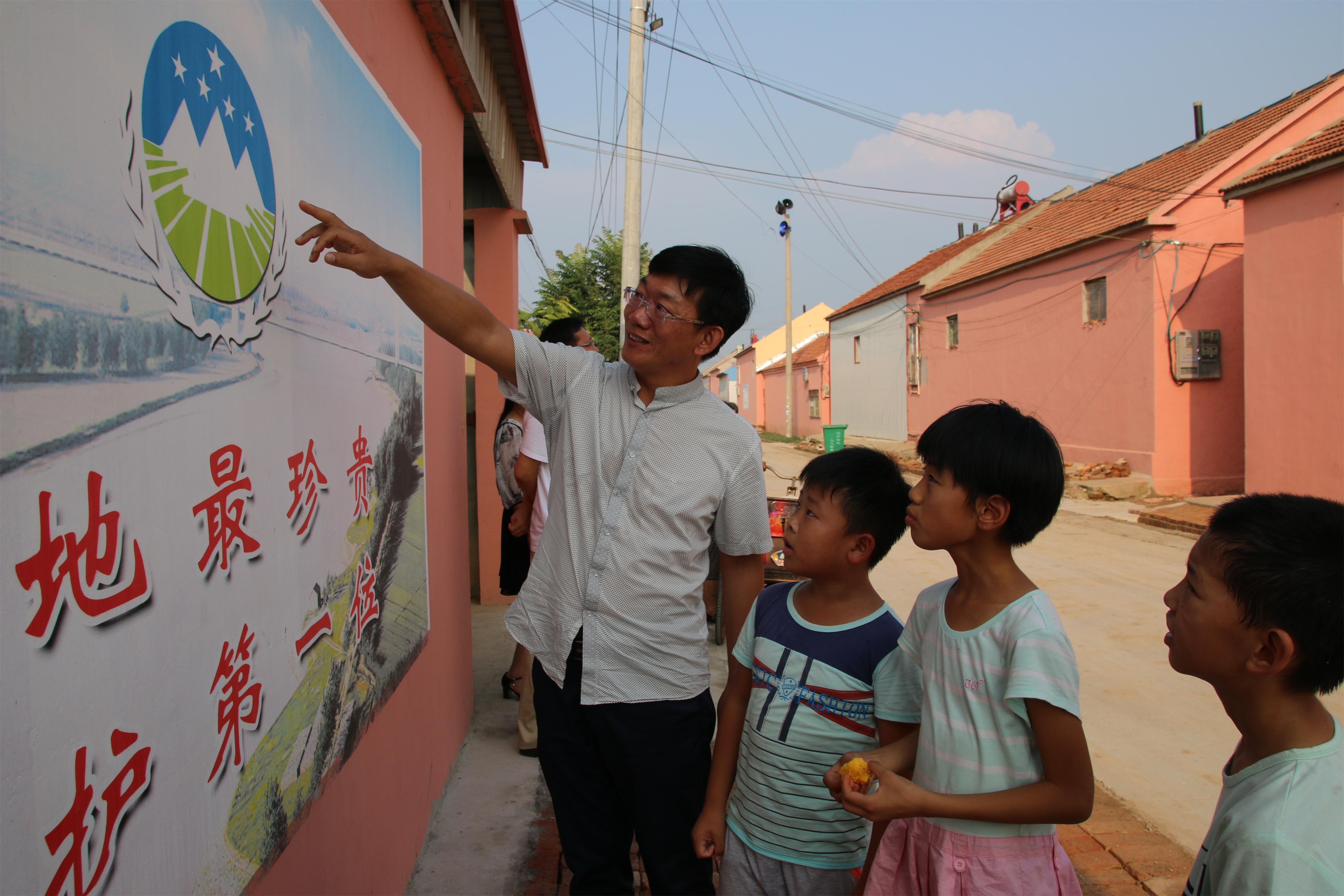 南风敏向孩子们讲授国土知识