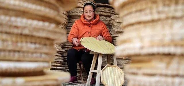 无棣县海丰街道办事处付家村村民制作盖垫,供应春节市场需求