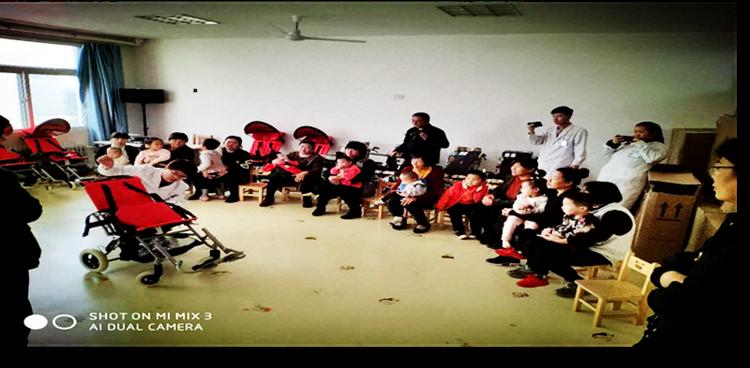 """无棣县人民医院康复中心举行""""阳光伴我行""""集善明门残疾儿童轮椅发放仪式"""