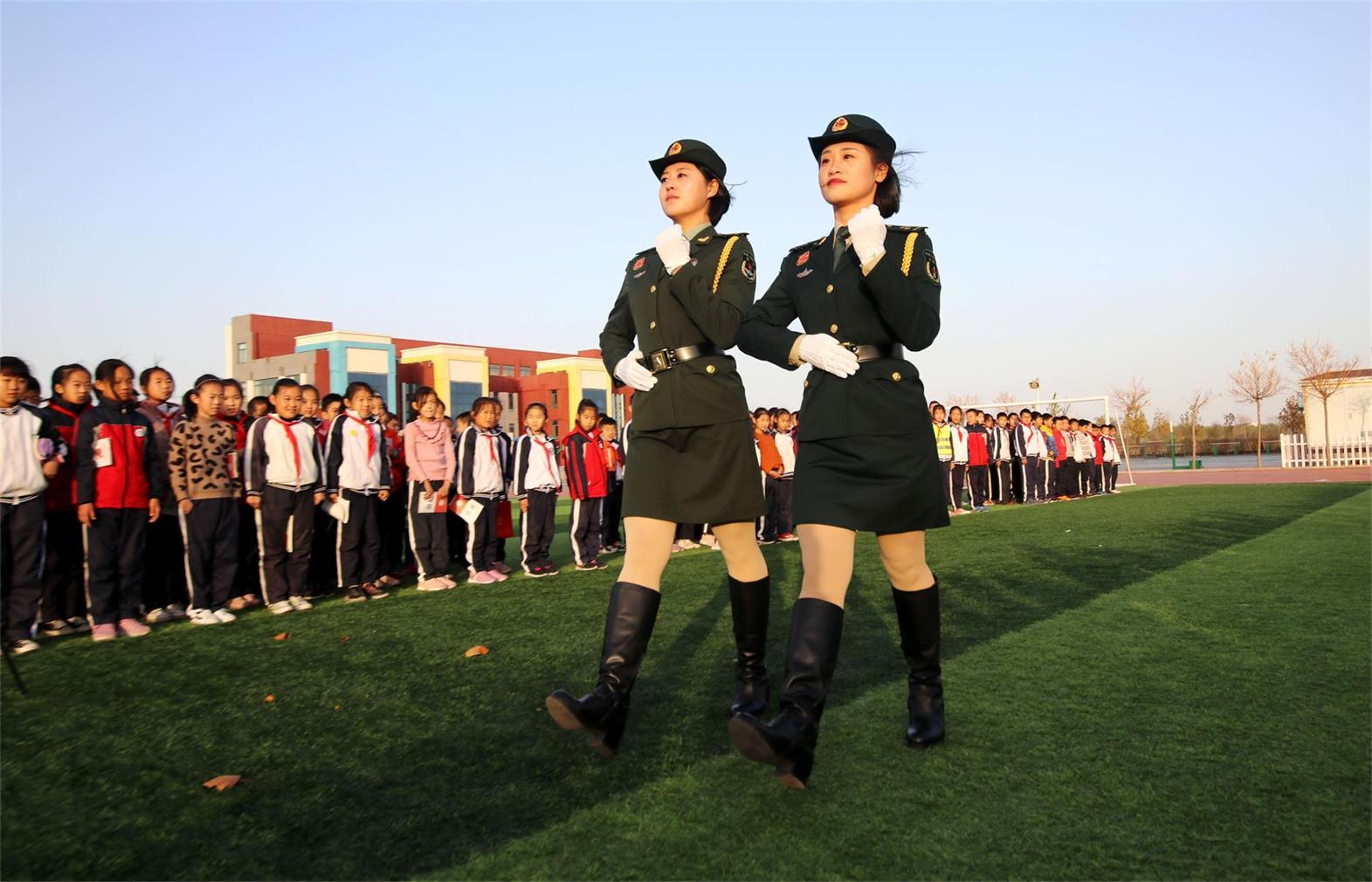 """参加70周年阅兵式的2名女兵走进无棣县希贤小学""""道德大讲堂"""""""