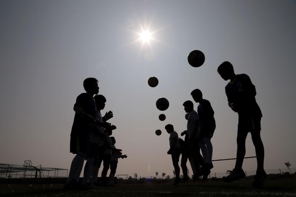 佘家镇邱家小学充分利用课余时间,积极组织校足球队进行训练
