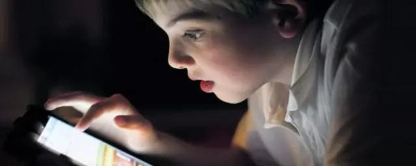 现在的孩子玩手机变成低头族,爸妈应该怎么办?