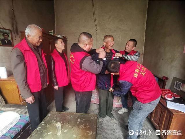老人们落下了眼泪!无棣慈善义工联合博爱社工为28名老人送温暖