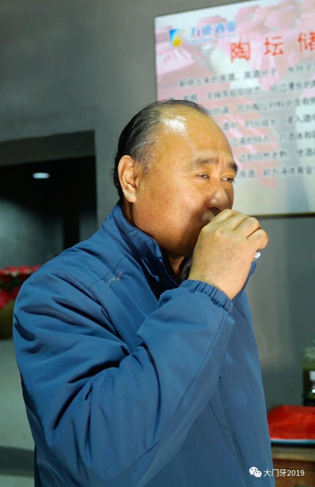 滨州传媒集团编辑记者走进花园食品、万德酒业共同欢度第21个记者节